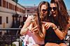 FACEBOOK: Bombarderes du også av unyttig informasjon og oppdateringer fra venner og bekjente på Facebook (men føler slik som oss at du ikke kan slette dem)? Vi gir deg tips til hvordan du kan gjøre profilen deres usynlig i din Facebook-feed! Foto: NTB Scanpix