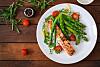 OVERGANGSALDEREN: Når du kommer i overgangsalderen er det lurt å fokusere litt ekstra på kostholdet slik at du får i deg de riktige vitaminene og mineralene.  Foto: Shutterstock / Timolina