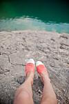 FOTSOPP: Svette føtter i varme sko øker sjansen for at fotsoppen blusser opp.  Foto: Shutterstock / runLenarun