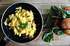 EGGERØRE TIL MANGE PERSONER: Pleier du å steke eggerøre i pannen? Det funker fint til tre eller fire porsjoner, men skal du ha hele familien over kan det imidlertid lønne seg å steke eggerøren i stekeovnen!  Foto: Shutterstock / Piyato