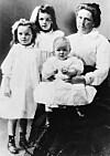 TRUE CRIME: Belle Gunness med barna Myrtle (7), Lucy (5) og Philip (2). Ryktene vil ha det til at Belle har tatt til seg barna fra deres biologiske foreldre som ikke lenger kunne ta hånd om dem. Foto: NTB Scanpix