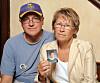 TRUE CRIME: Patty og Jerry Wetterling holder opp et bilde av sønnen Jacob Wetterling som forsvant fra nabolaget deres i Minneapolis i 1989. Bildet ble tatt i 2009. Det var først i 2016 at levningene hans ble funnet. Foto: NTB Scanpix