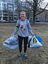 PLOGGING: Tina Cecilie Stilson (36) har drevet med plogging siden februar i år, og mener det er supert å holde seg i form mens man gjør en innsats for miljøet. FOTO: Privat